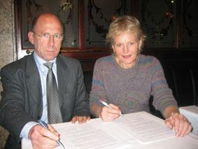 Olav Bergo og Marit Haukom undertegnet Redaktørplakaten 2004.