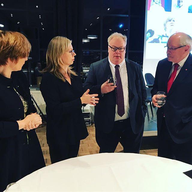 Obligatorisk refleksjon på Oslo Redaktørforenings julemøte, ledet av @trineeilertsen #ordebatt #redaktørliv #obligatoriskrefleksjon #journalistikk...