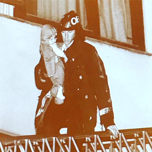 Sterkt pressefoto fra 1995. Baby reddet ut av brennende mottak. Foto: Hans O. Torgersen, @aftenposten - vist på kurs for ferske journalister i dag...